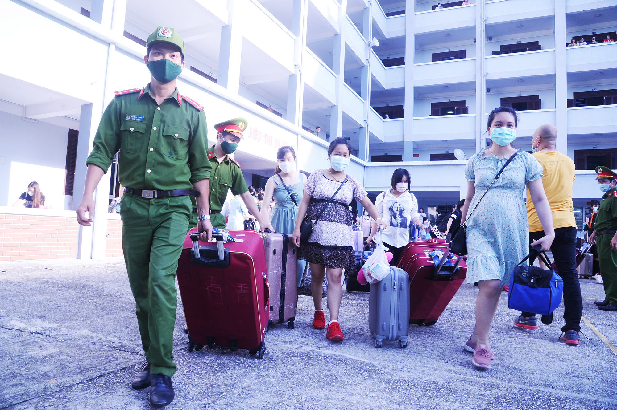Hundreds of expectant mothers rejoice at discharge from COVID-19 quarantine zone in Vietnam