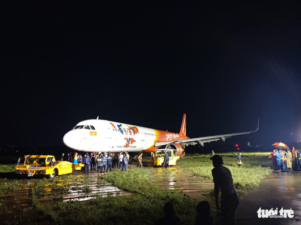 Pilots, crew suspended after plane veers off runway in Ho Chi Minh City