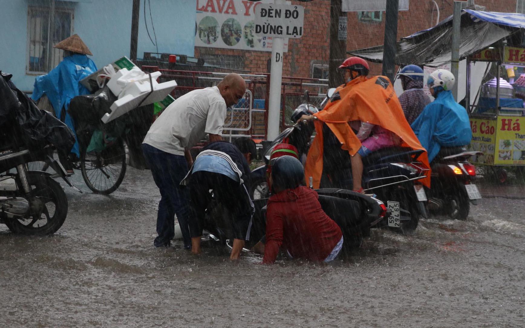 Flooding, congestion torment commuters as downpour batters Ho Chi Minh City