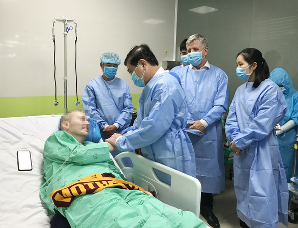 Ho Chi Minh City chairman visits British COVID-19 patient in hospital