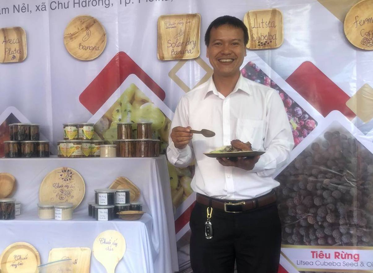 From trash to tableware: Vietnamese man turns areca leaves into plastic alternative