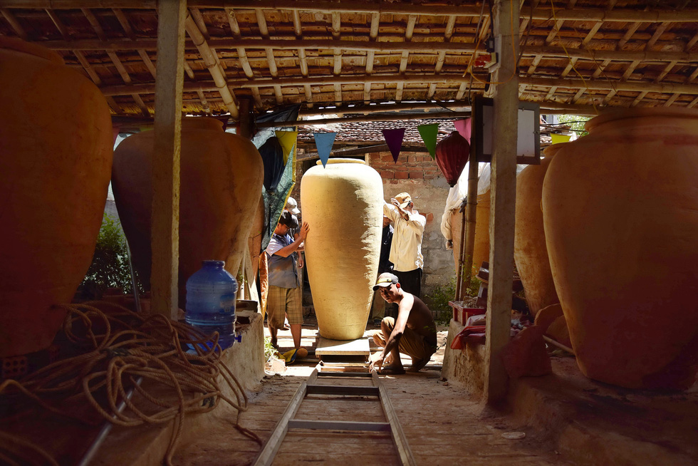 The making of giant pottery at 500-year-old craft village in Vietnam
