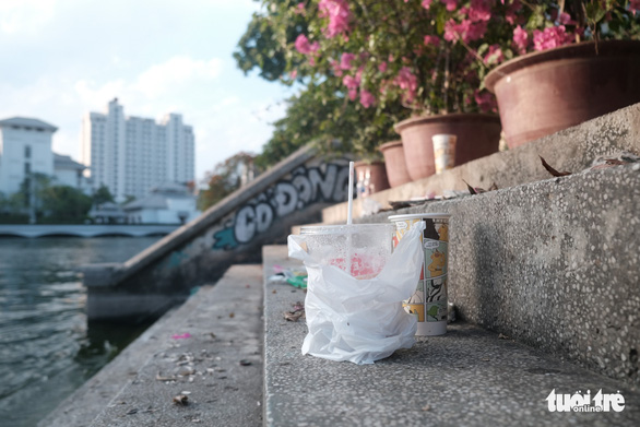 Trash outnumbers photo seekers at Hanoi's Insta-worthy spot