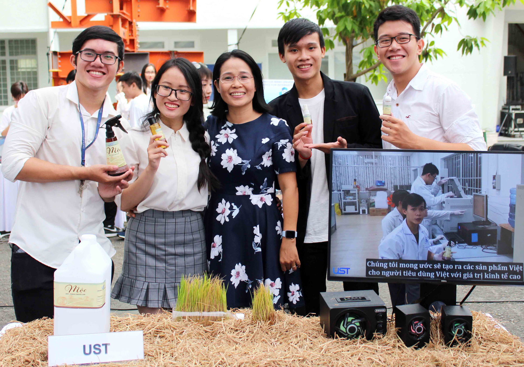 Ho Chi Minh City college students create mold-resistant products from straws