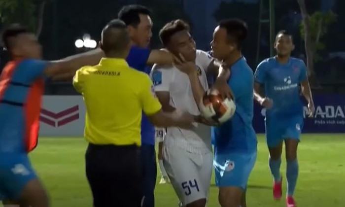 Coach, player suspended for strangling rival during Vietnam football league game