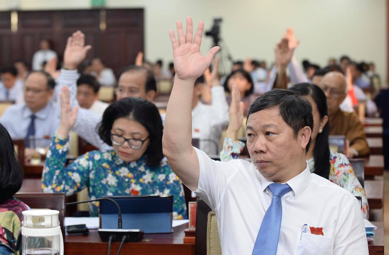 Delegates of the  Ho Chi Minh City People's Council vote during a meeting on July 11, 2020. Photo: Tu Trung / Tuoi Tre