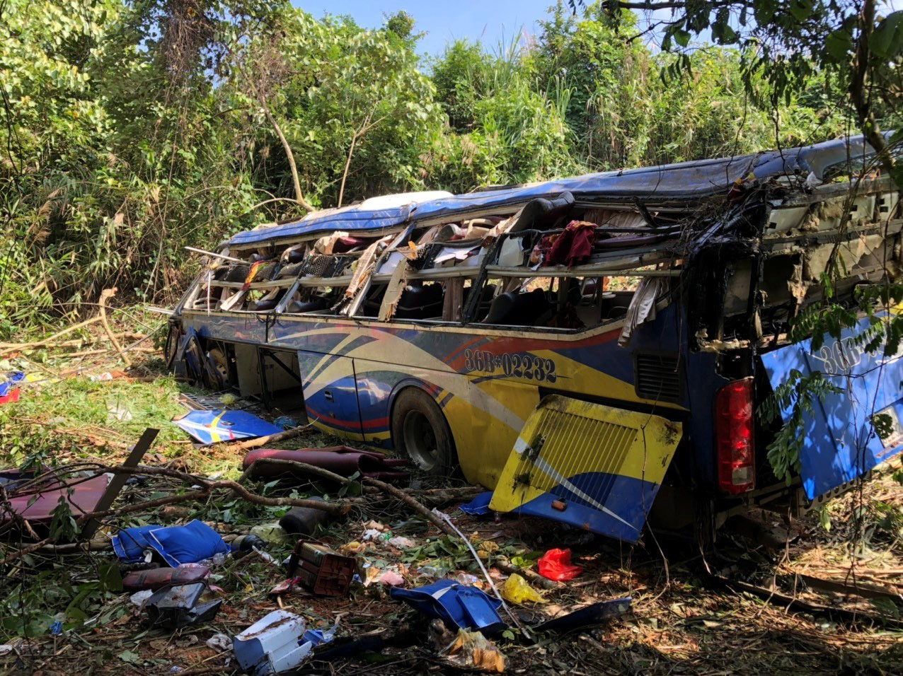 A sleeper bus is damaged after plunging off a cliff in Kon Tum Province, Vietnam, July 11, 2020. Photo: Huynh Cong Dong / Tuoi Tre