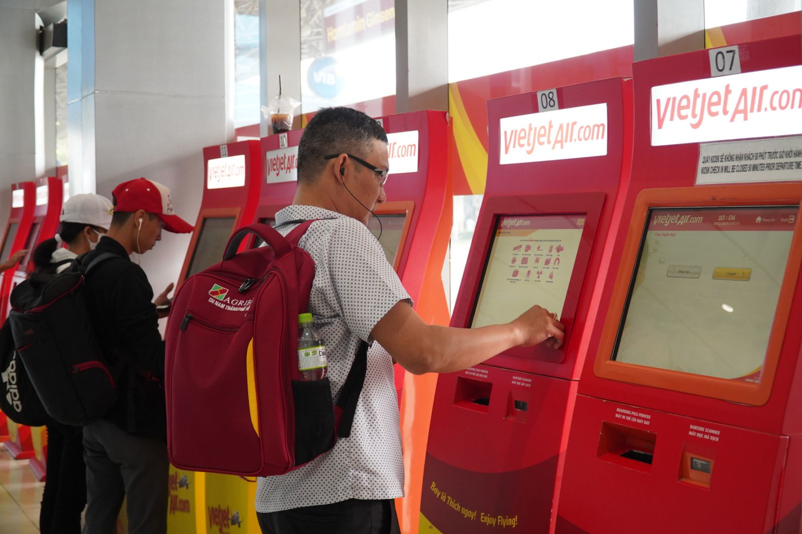 Vietnamese airlines boost online services amid fast-growing trend