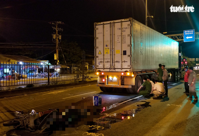 One killed, another critically injured after riding motorbike in automobile lane in Saigon