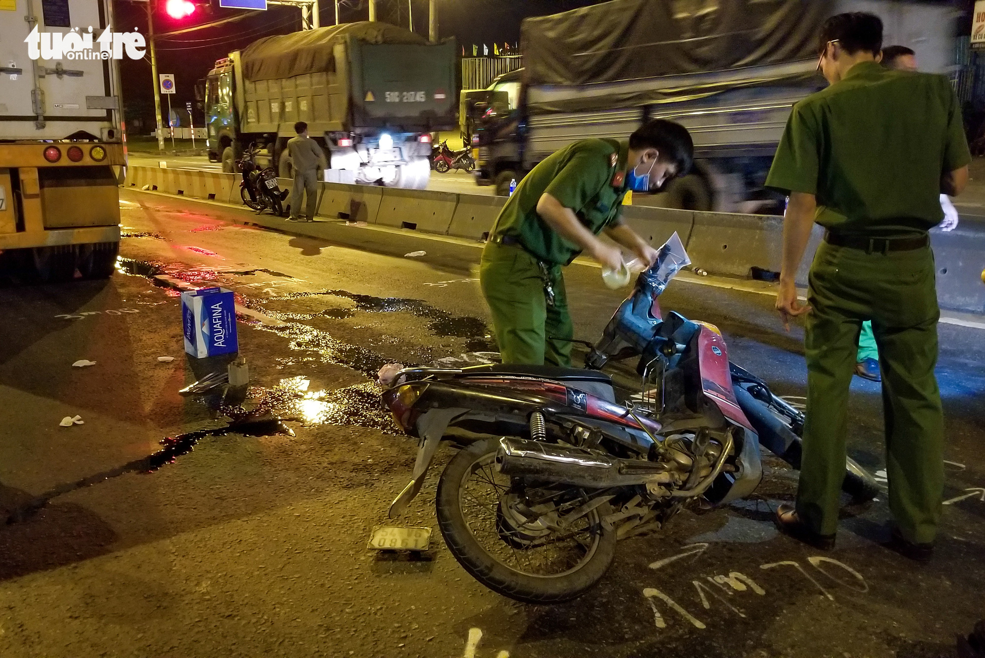 A motorbike is damaged after crashing into a trailer truck along National Highway No.1 in Thu Duc District, Ho Chi Minh City, July 12, 2020. Photo: Chau Tuan / Tuoi Tre