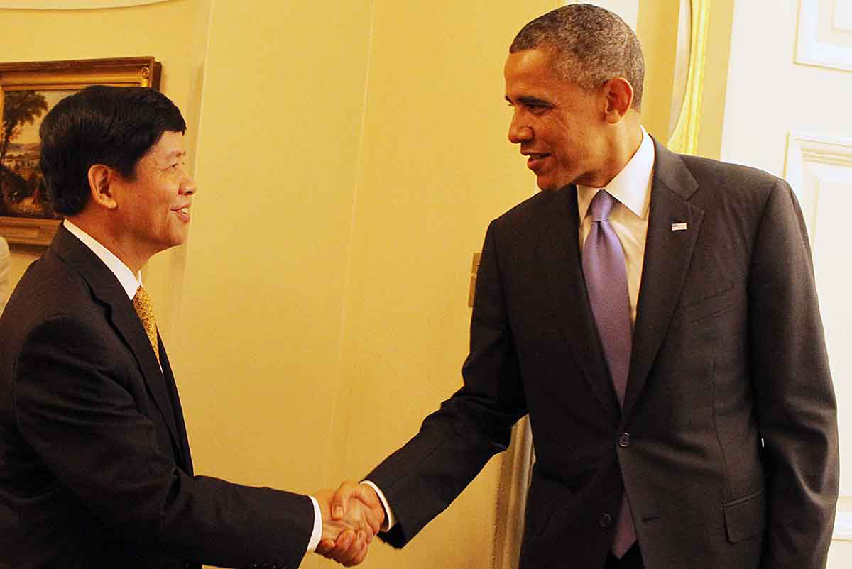 Former Vietnamese Ambassador to the United States Nguyen Quoc Cuong (left) shakes hands with former U.S. President Barack Obama in a supplied photo.