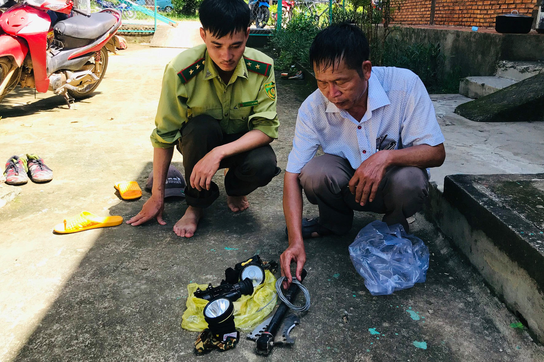 Tools left behind by four men suspected of having killed a 200-kilogram gaur at Cat Tien National Park in Dong Nai Province, Vietnam, July 2020. Photo: Bich Lien / Tuoi Tre