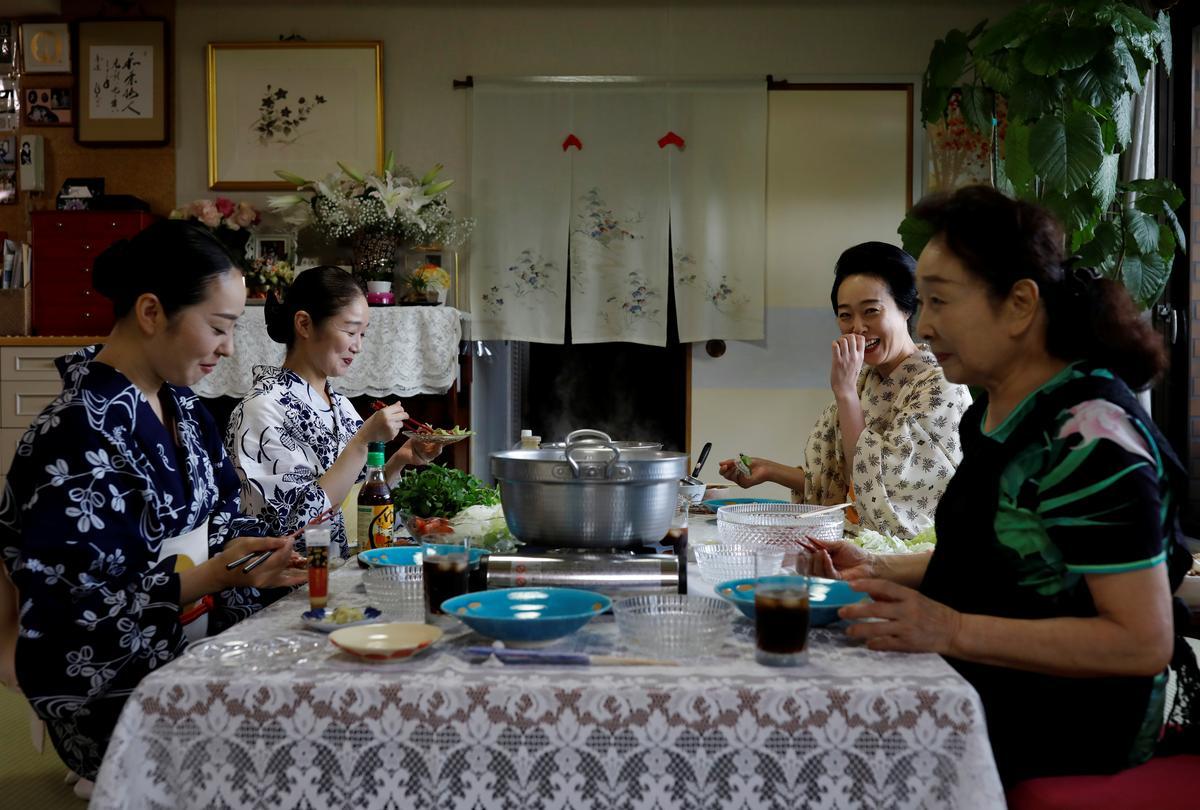 Koiku, Mayu, Maki and Ikuko, who are geisha, have lunch together at Ikuko's home, during the coronavirus disease (COVID-19) outbreak, in Tokyo, Japan, July 11, 2020. Photo: Reuters