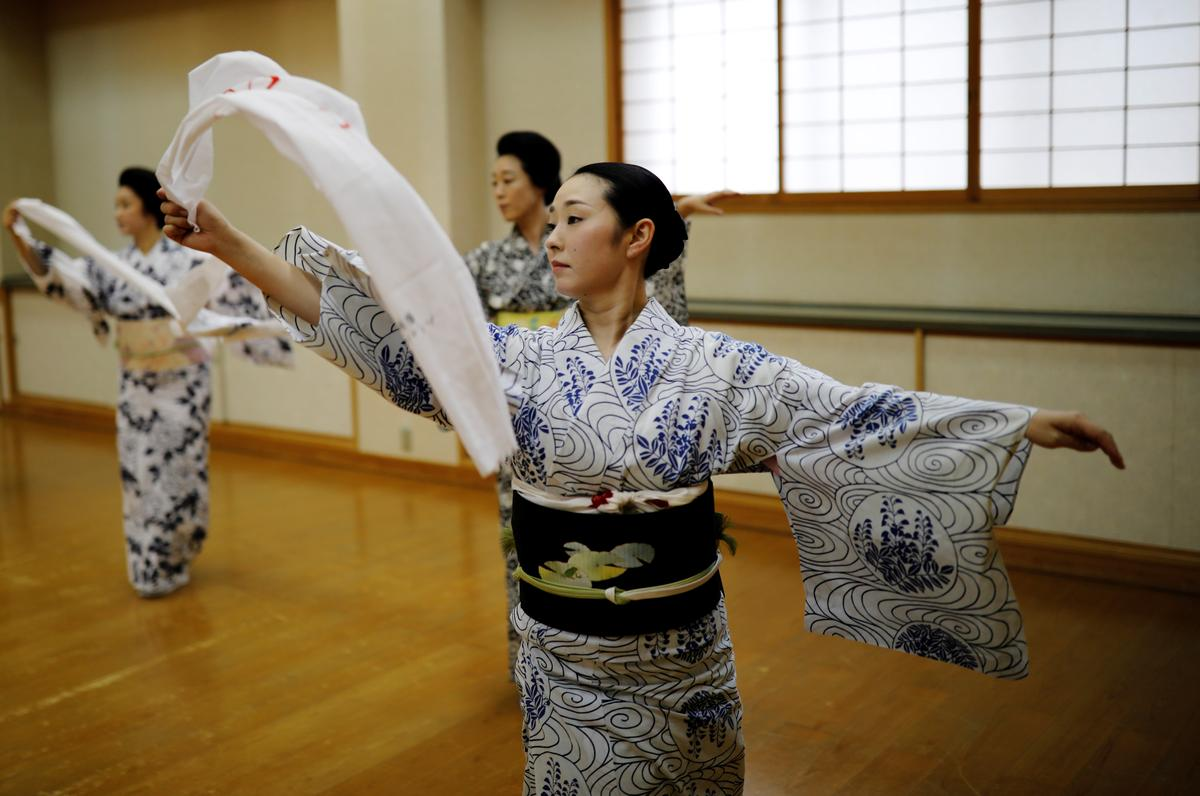 Mayu, Maki and Koiku, who are all geisha, practice a dance routine during a class for geisha only, during the coronavirus disease (COVID-19) outbreak, in Tokyo, Japan, July 13, 2020. Photo: Reuters