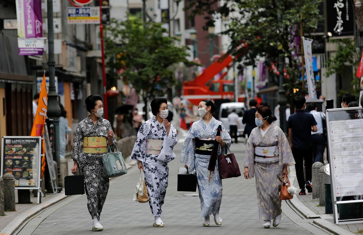 Maki, Mayu, Koiku and Ikuko, who are geisha, wear protective face masks as they walk to a restaurant after attending a dance class, during the coronavirus disease (COVID-19) outbreak, in Tokyo, Japan. July 13, 2020. Photo: Reuters