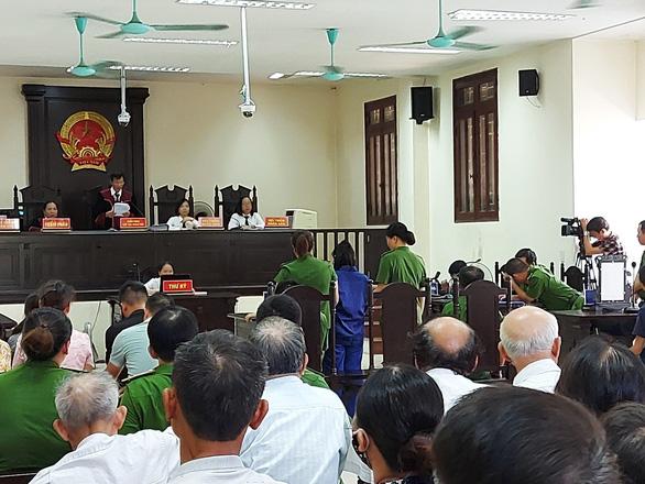 Lai Thi Kieu Trang (center, dark blue) stands trial in Thai Binh Province, Vietnam, July 17, 2020. Photo: Khanh Linh / Tuoi Tre