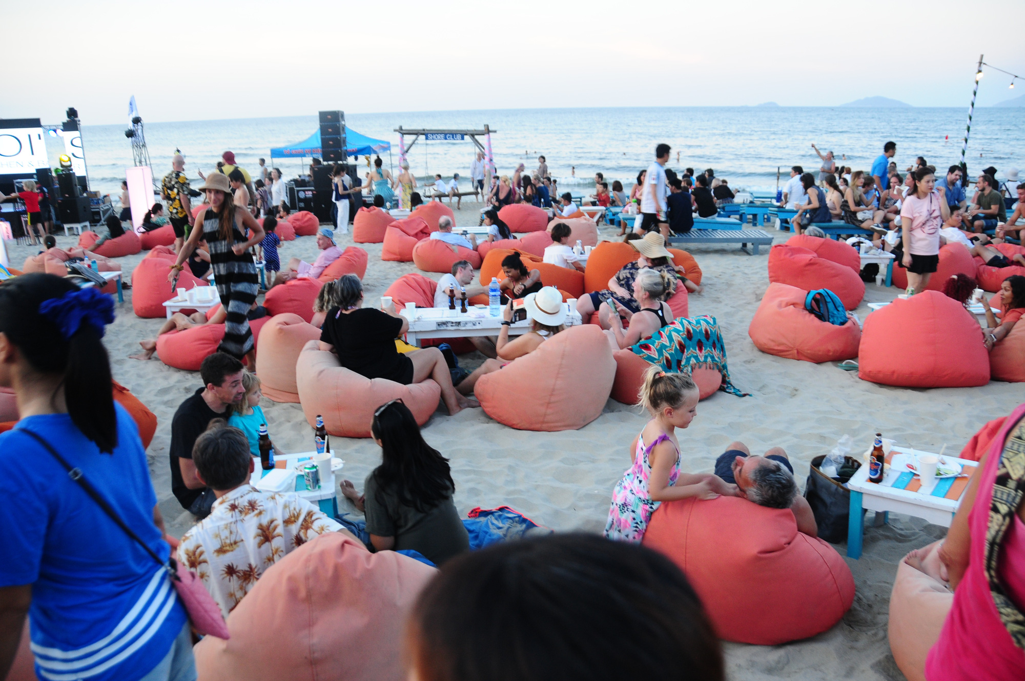 Visitors enjoy their food and music on the beach at the 2020 An Bang Beach Food & Music Festival in Hoi An City, Quang Nam Province, Vietnam, July 18, 2020. Photo: B.D. / Tuoi Tre