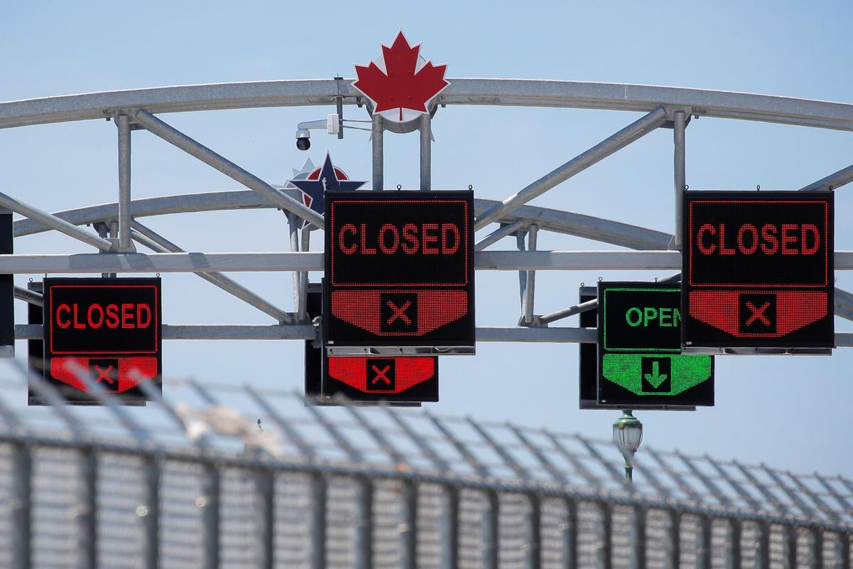 A Canadian maple leaf is seen on The Peace Bridge, which runs between Canada and the United States, over the Niagara River in Buffalo, New York, U.S. July 15, 2020. Photo: Reuters