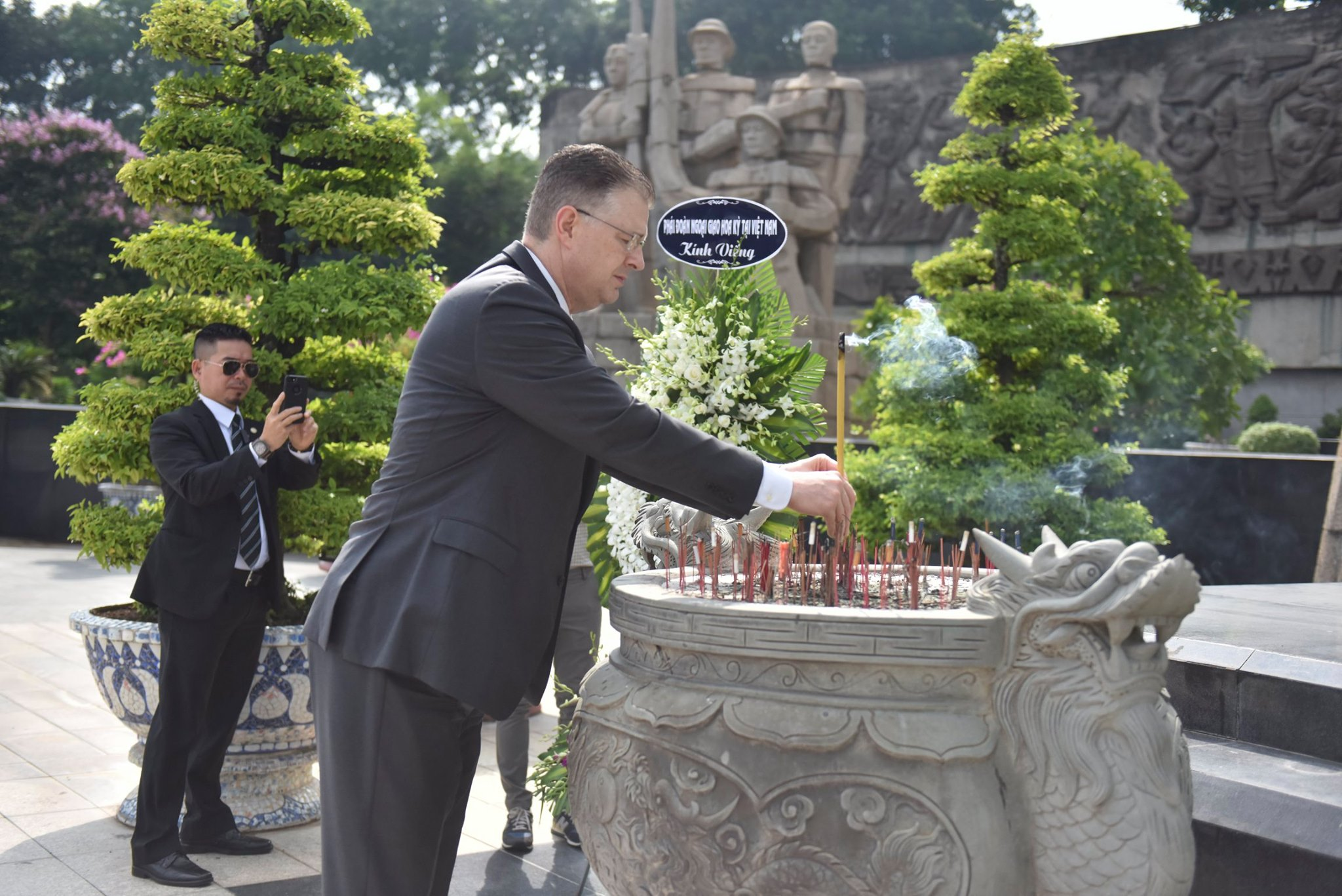 U.S. Ambassador to Vietnam Daniel Kritenbrink offers incense at the Martyrs' Cemetery in Ho Chi Minh City, June 2020. Photo: U.S. Embassy in Hanoi