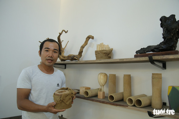 Ho Cong Thang introduces his products crafted from recycled waste at his showroom in Da Nang City in central Vietnam. Photo: Doan Nhan / Tuoi Tre
