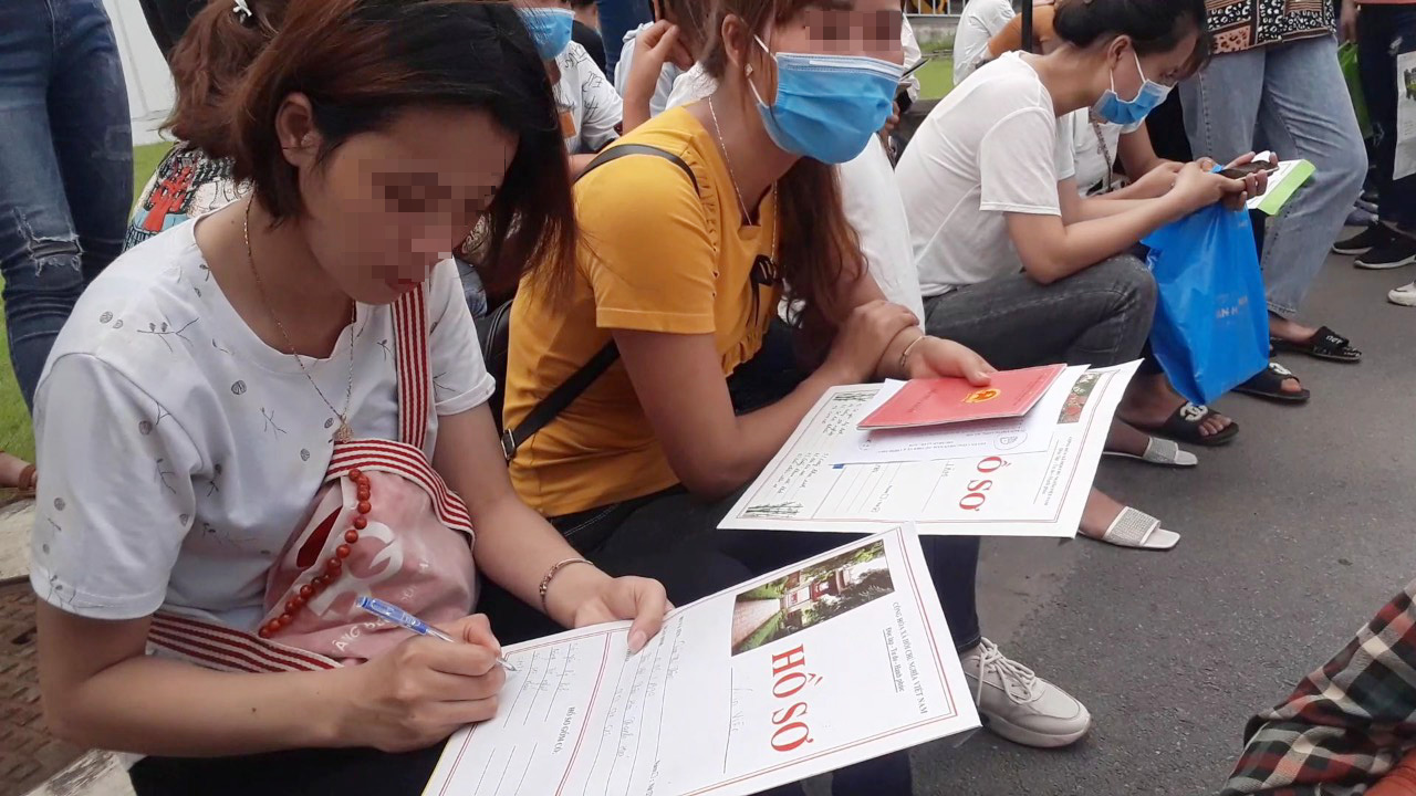 Unemployed Vietnamese brave scorching heat to find jobs