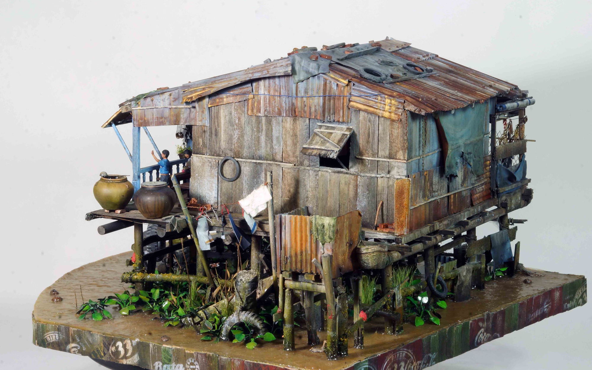 'Nha tren song' (House on the river), a scale model by Vietnamese artist Le Xuan Giang that won the gold medal at a fair in Malaysia. Photo: Cong Trieu / Tuoi Tre