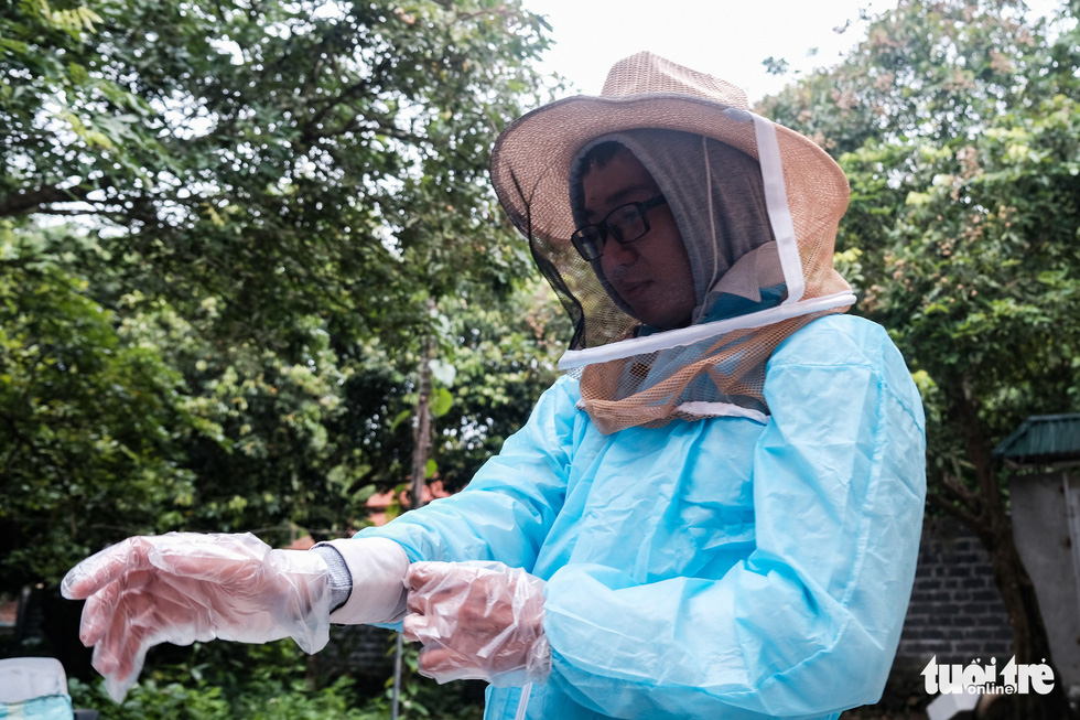 To avoid stings during harvest time, keepers in Vietnam need to put on hats with veils, overall protective clothing, and gloves. Photo: Mai Thuong / Tuoi Tre