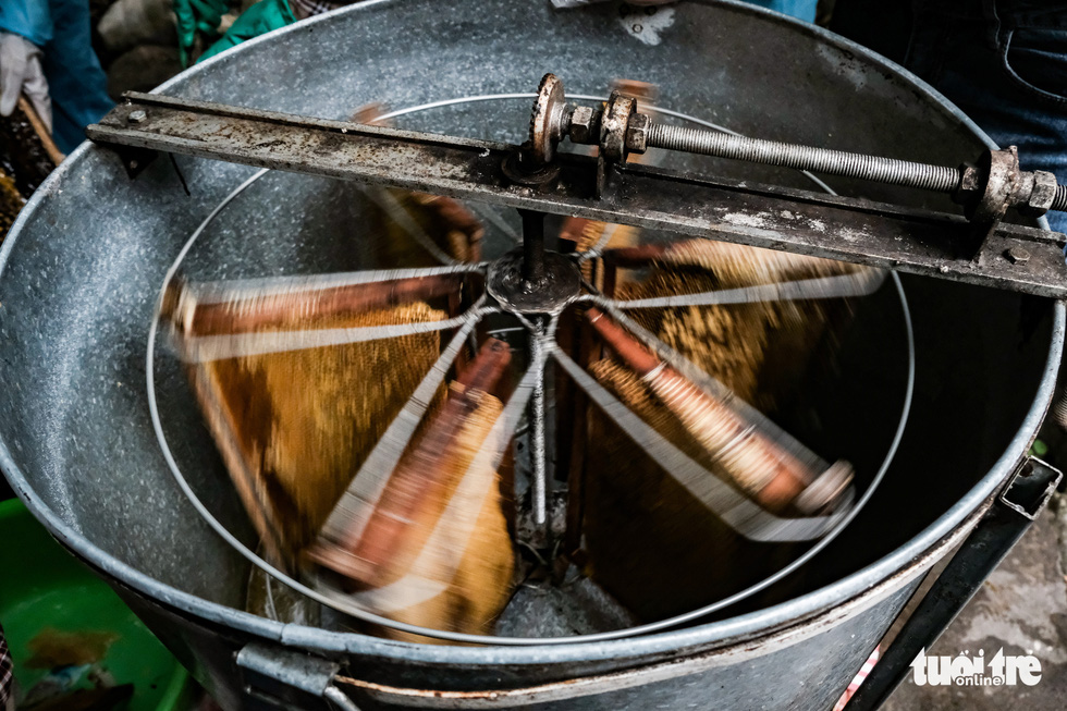 Trays are then arranged into a honey extractor, which is a centrifugal spinning machine, which makes honey spurt out. Photo: Mai Thuong / Tuoi Tre