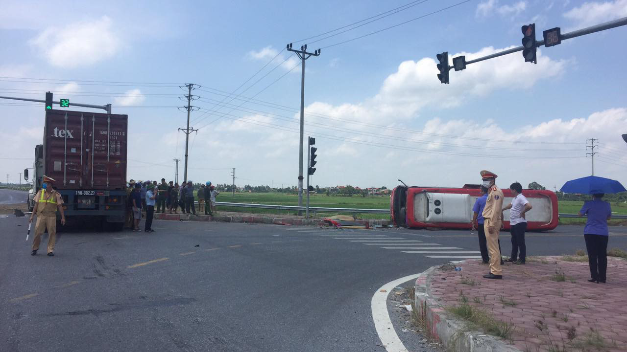 A passenger bus is on its side after being hit by a trailer truck at an intersection in Hung Yen Province, Vietnam, July 25, 2020. Photo: Giang Long / Tuoi Tre