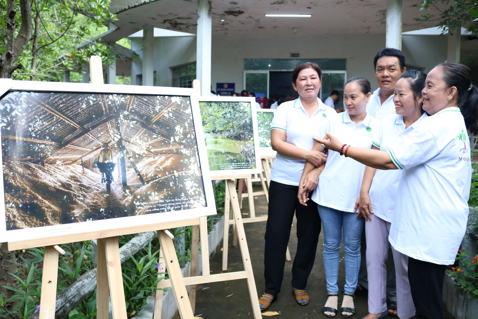 Participants view photos of the Can Gio Mangrove Forest in Can Gio District, Ho Chi Minh City at the prize-giving ceremony of a photo contest, July 26, 2020. Photo: Anh Trinh / Tuoi Tre