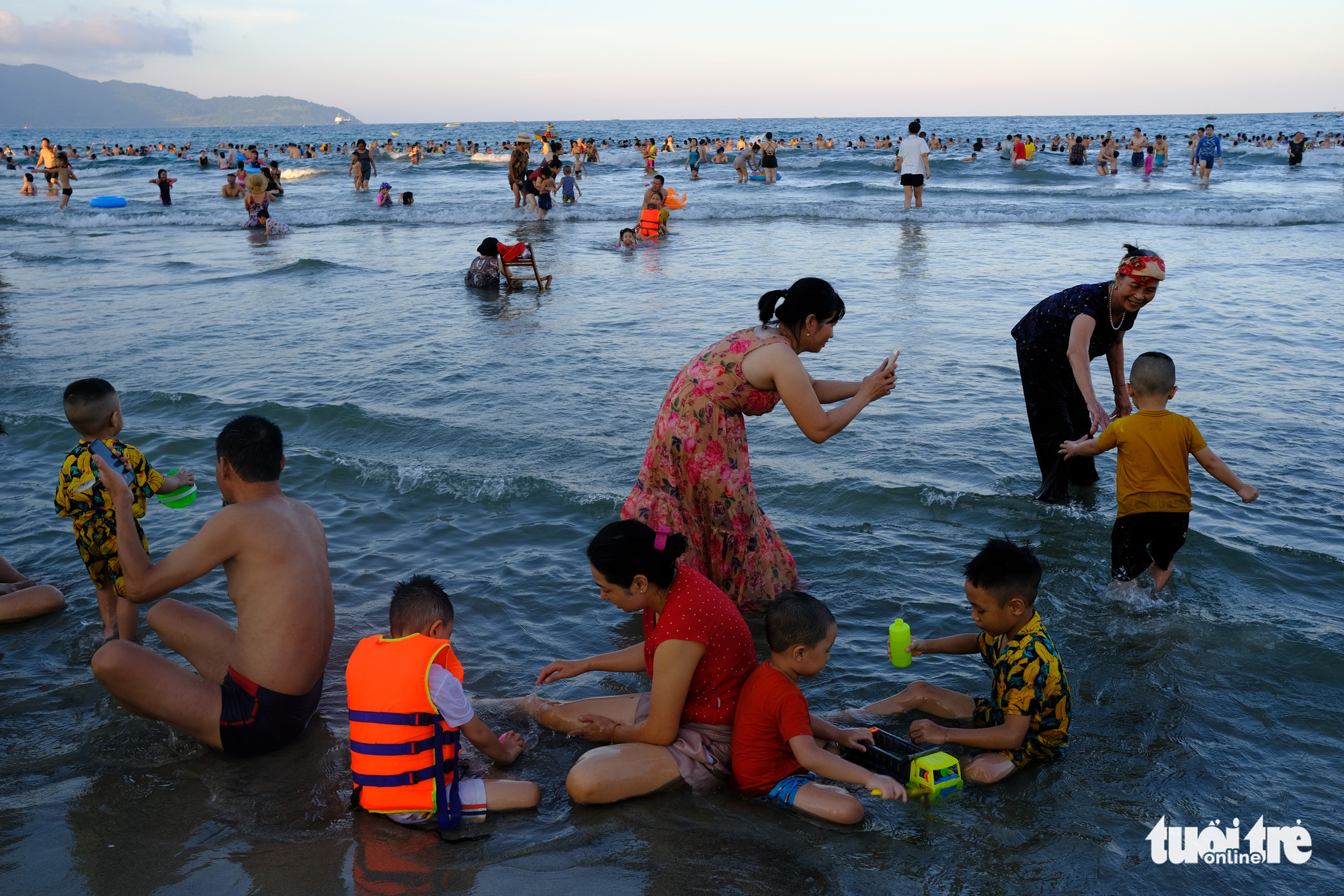 Tourists crowd a beach in Da Nang City, Vietnam before enhanced social distancing measures were put in place from July 28, 2020. Photo: Tan Luc / Tuoi Tre