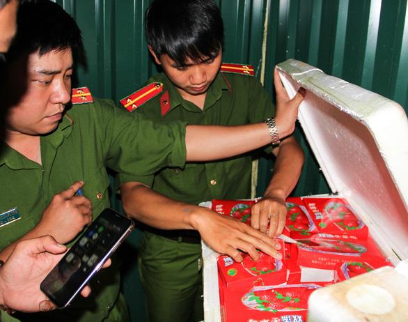 Police examine a foam box of strawberries heading to Da Lat City, Lam Dong Province, Vietnam, July 24, 2020. Photo: M.V. / Tuoi Tre