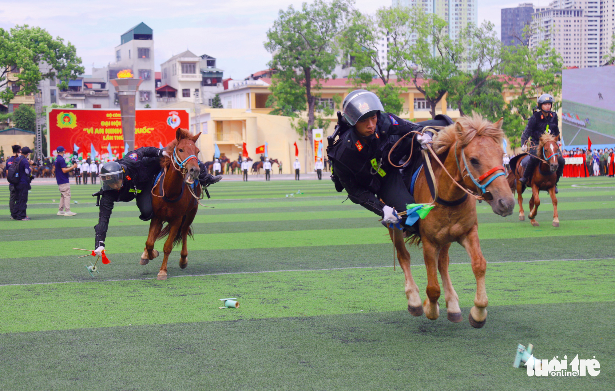 Mounted police officers their skills at the opening ceremony of the 'Stay Fit for National Security' Campaign in Hanoi, August 1, 2020. Photo: Danh Trong / Tuoi Tre