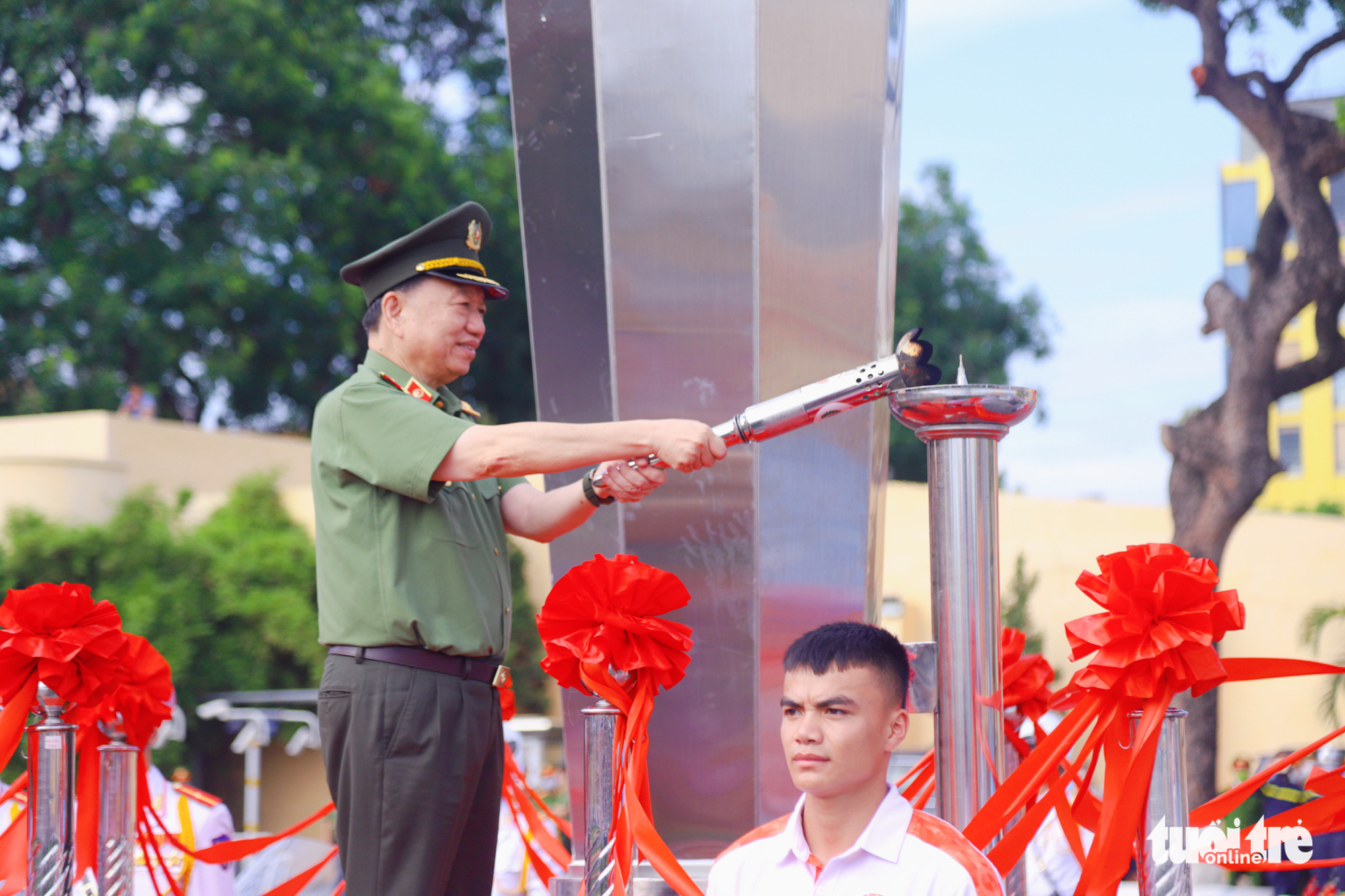 General To Lam, Minister of Public Security, lights a torch to commence the Stay Fit for National Security' Campaign in Hanoi, August 1, 2020. Photo: Danh Trong / Tuoi Tre