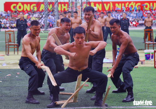 A police officer displays excellent physical strength during the opening ceremony of the 'Stay Fit for National Security' Campaign in Hanoi, August 1, 2020. Photo: Danh Trong / Tuoi Tre