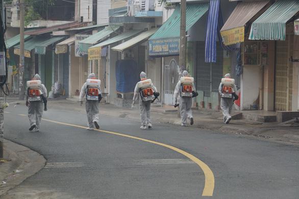 Health workers fumigate Ho Van Dai Street, Quang Vinh Ward, Bien Hoa City, Dong Nai Province. Photo: Ha Mi / Tuoi Tre