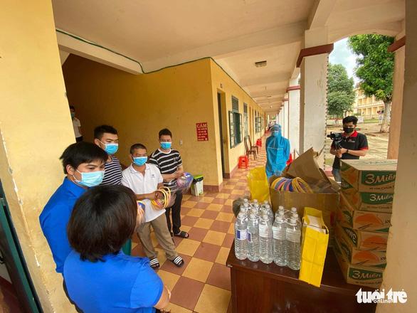 Volunteers provide necessities for a COVID-19 quarantine center in Buon Ma Thuot City, Dak Lak Province, Vietnam, August 2, 2020. Photo: Trung Tan / Tuoi Tre