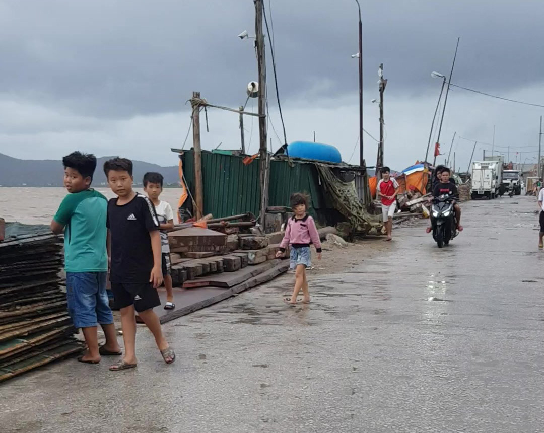 Residents get back to their usual activities after Storm Sinluka weakens in Thanh Hoa Province, Vietnam, August 2, 2020. Photo: Ha Dong / Tuoi Tre