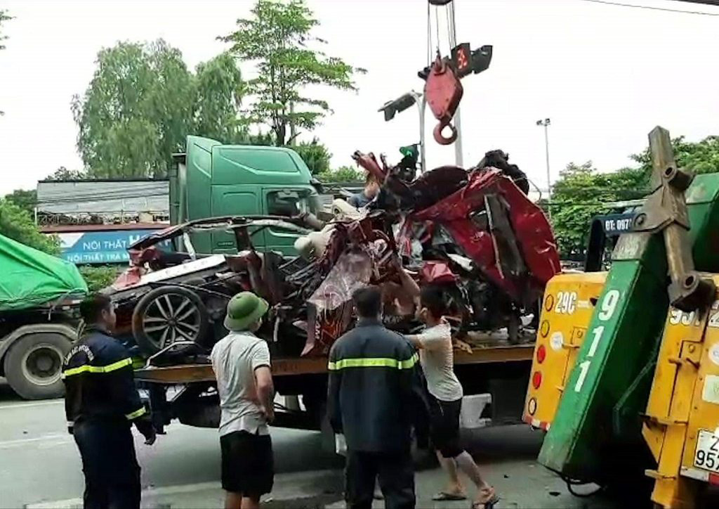A damaged car is salvaged following a collision with a trailer truck in Hanoi, August 4, 2020. Photo: Do Quang / Tuoi Tre