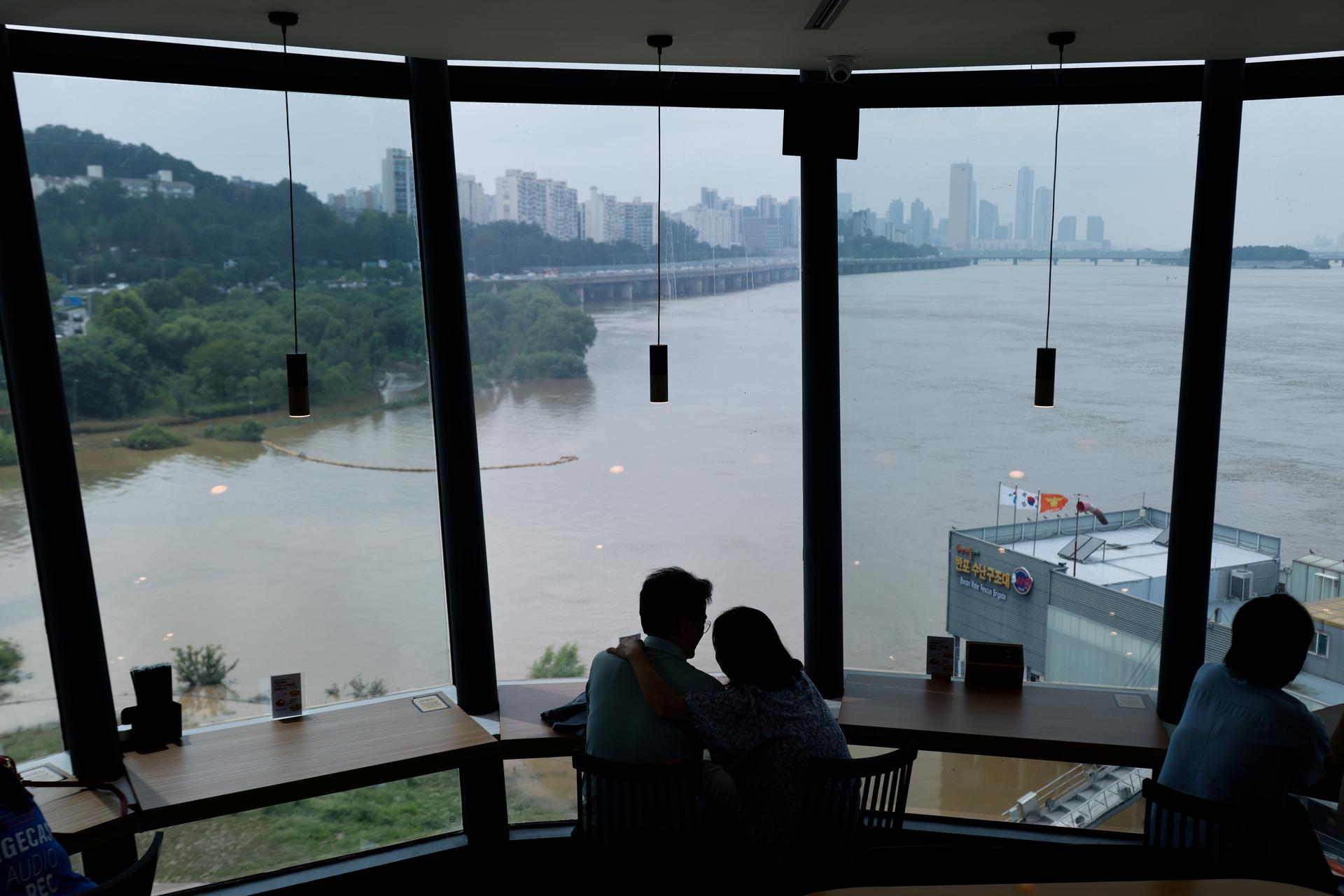 Hundreds of Koreans flee as floods trigger landslides, sweep away cars
