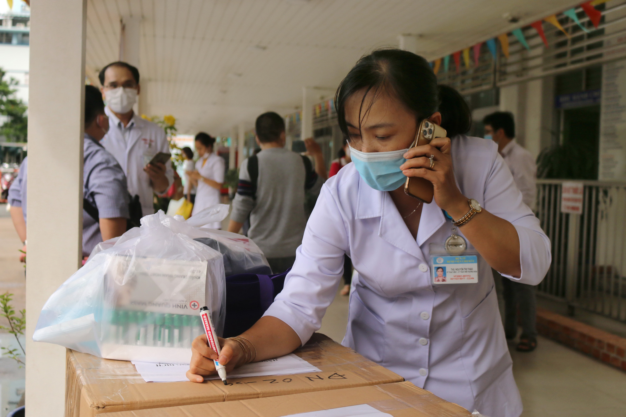 A medical worker at Cho Ray Hospital in Ho Chi Minh City prepares medical supplies to support Da Nang City, Vietnam, August 2020. Photo: N. H. / Tuoi Tre