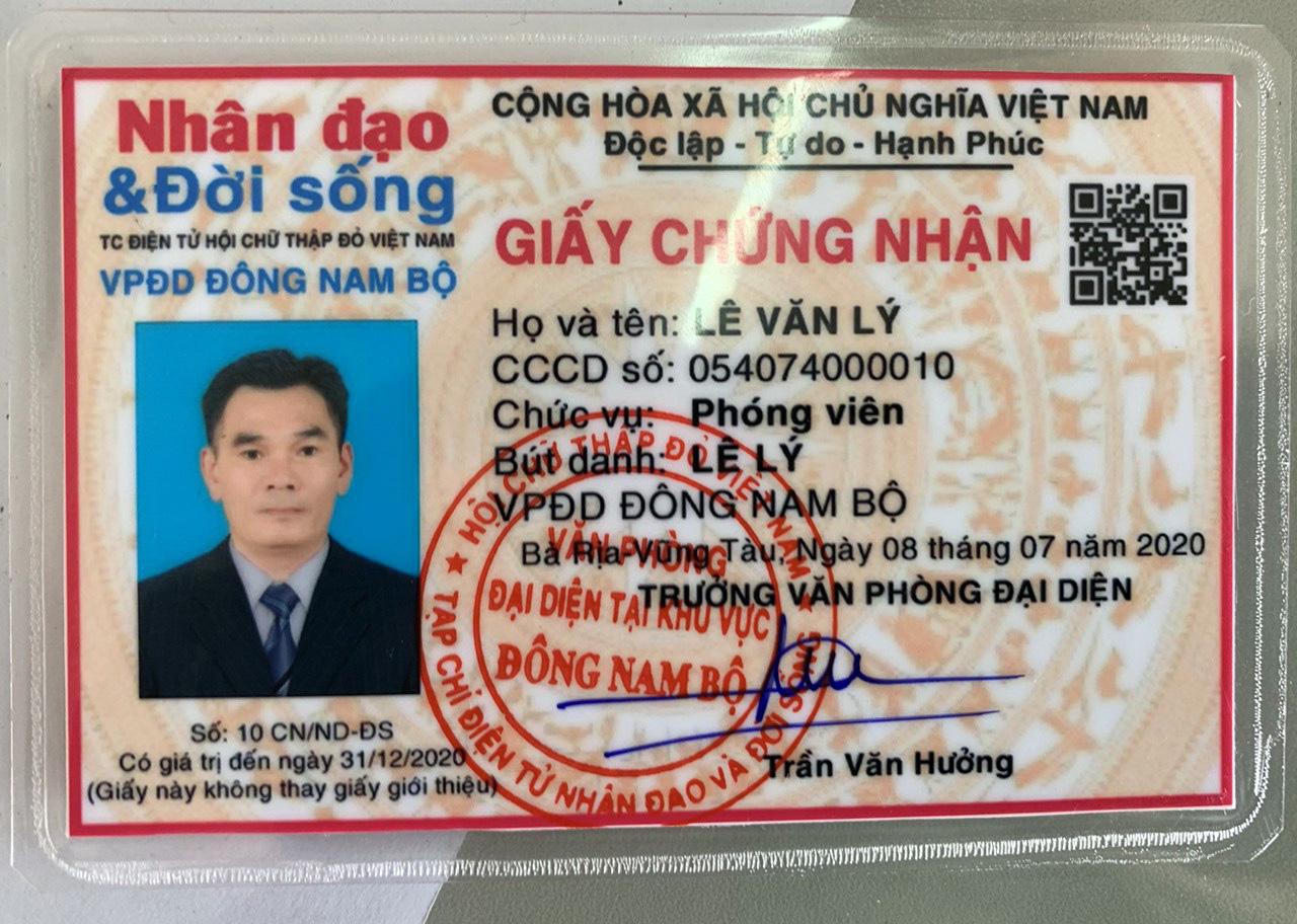 An invalid 'reporter certificate' carried by Le Van Ly, who posed as a reporter to blackmail a local company leader in Ba Ria-Vung Tau Province, Vietnam. Photo: Quynh Giang / Tuoi re