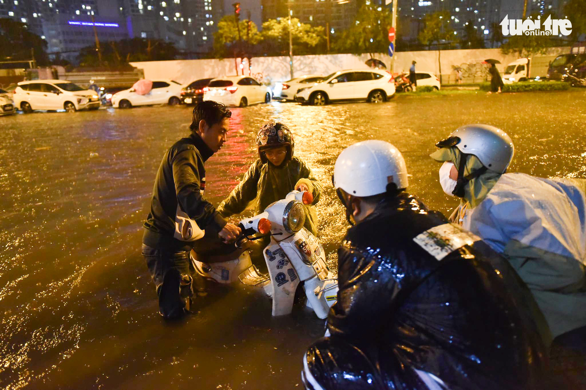 A motorbike breaks down after traveling on a heavily flooded road in Ho Chi Minh City, August 6, 2020. Photo: Ngoc Phuong / Tuoi Tre