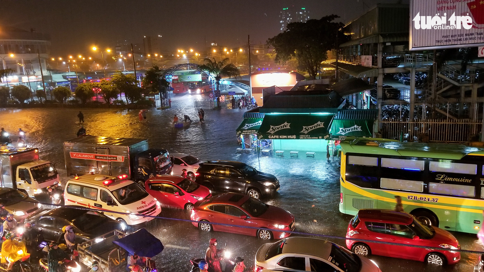 Traffic congestion on a flooded street in Ho Chi Minh City, August 6, 2020. Photo: Chau Tuan / Tuoi Tre