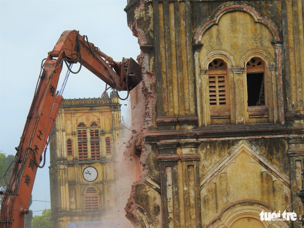 An excavator destroys a belfry of Bui Chu Cathedral in Nam Dinh Province, Vietnam, August 1, 2020. Photo: Thien Dieu / Tuoi Tre