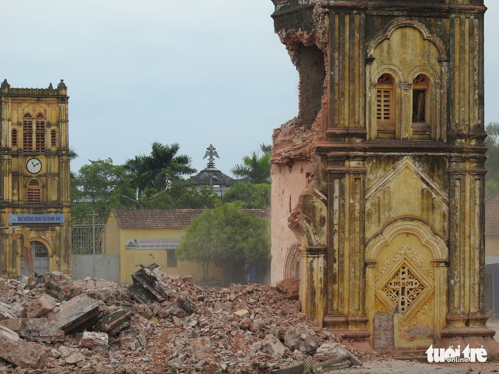 The last belfry of Bui Chu Cathedral is knocked off in Nam Dinh Province, Vietnam, August 1, 2020. Photo: Tien Dang / Tuoi Tre
