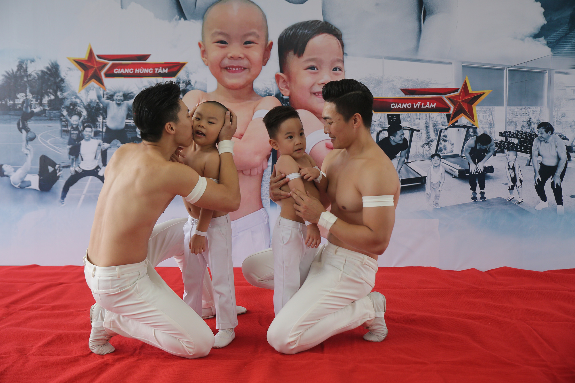 Giang Quoc Co and Giang Quoc Nghiep celebrate with their sons after establishing Vietnam Guinness Record in Ho Chi Minh City, August 8, 2020. Photo: Viet Khoa / Tuoi Tre