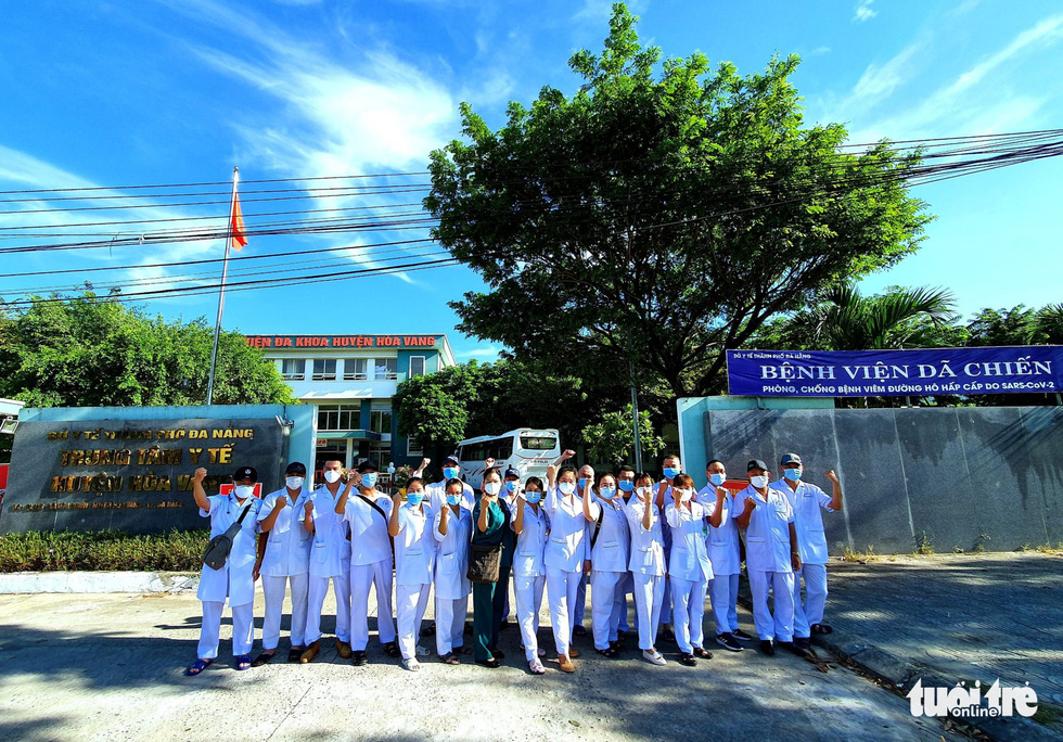 The team of 21 medical practitioners from Hai Phong City's task force line up in front of the Medical Center of Hoa Vang District in Da Nang, Vietnam. Photo: Tuoi Tre