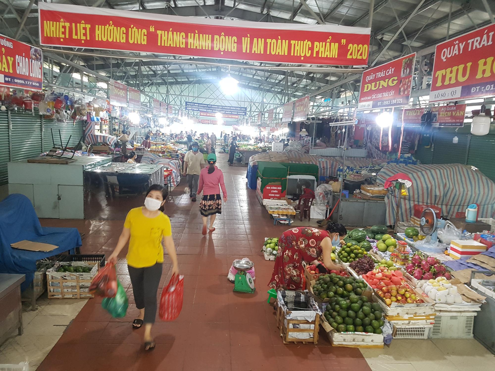 People buy supplies at a market in Da Nang City, Vietnam, August 12, 2020. Photo: Huu Kha / Tuoi Tre