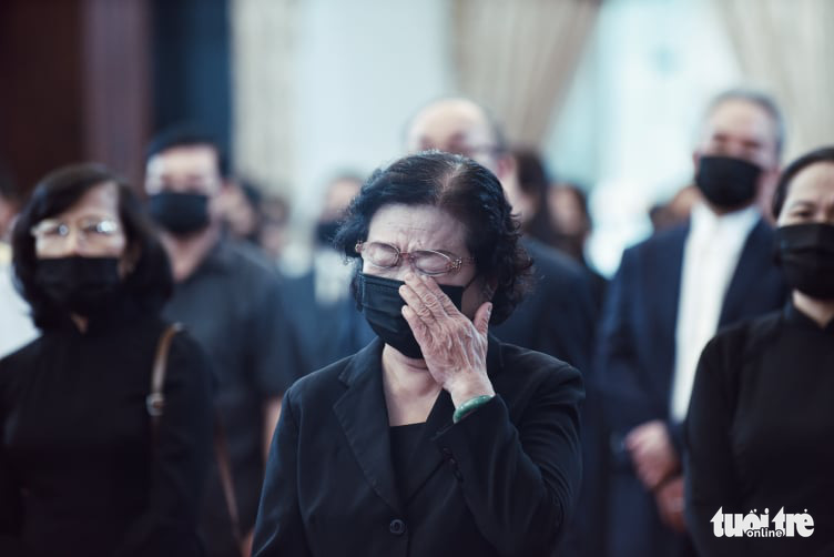 Former Vietnamese vice-president Truong My Hoa sheds tears at the respect-paying ceremony and memorial service for former Party General Secretary Le Kha Phieu in Ho Chi Minh City, August 15, 2020. Photo: Duyen Phan / Tuoi Tre